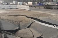 У Києві через аварію інженерних мереж водоканалу провалився асфальт на проїжджій частині