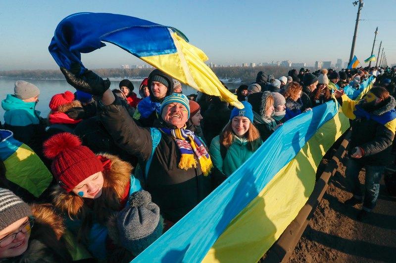 Люди утворили символічний ланцюг через міст, що з'єднує лівий і правий береги Дніпра в Києві під час святкування Дня Соборності, 22 січня 2019