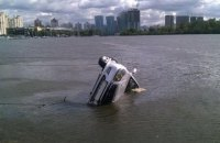 В Киеве легковушка упала в Днепр, водитель погиб