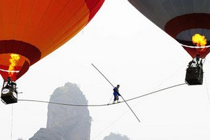 Акробат прошел по натянутому между воздушных шаров канату