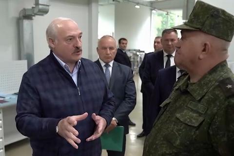 """Лукашенко: """"Кто гарантирует, что мы не будем воевать? Мир одурел вообще"""""""
