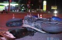 ДТП в Киеве: вылетевший на красный свет внедорожник сбил мотоциклиста и скрылся