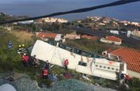 На Мадейре автобус с туристами съехал с дороги и упал на крышу жилого дома
