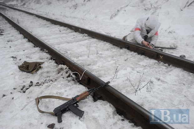 Конец января 2015. Украинский военный устанавливает взрывное устройство с целью подорвать железную дорогу близ Орехово в Донецкой области, по которой с территорий, подконтрольных Украине, боевики вывозили уголь в ЛНР