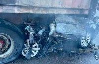 На Одесской трассе легковой автомобиль въехал в стоящий грузовик, водитель погиб