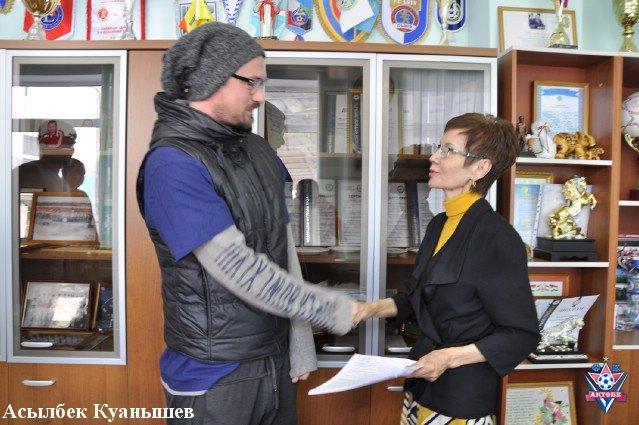 """Гендиректор """"Актобе"""" Шаріпа Біхамбетова вітає Артема"""