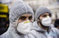 Закуплені МОЗ місяць тому захисні костюми доставили в Україну