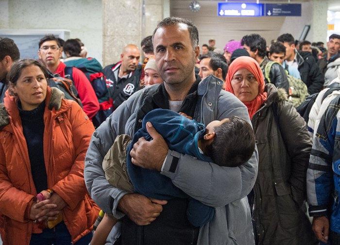 Беженцы из Сирии на железнодорожной станции в Шенефельде, Германия.