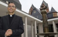 Ватикан отстранил от исполнения обязанностей епископа за роскошь