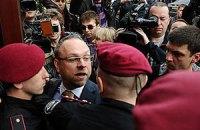 Власенко не пускают в суд