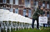 Родичі жертв катастрофи MH17 виставили 298 стільців біля посольства Росії в Гаазі