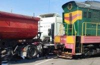 На Київщини локомотив протаранив вантажівку