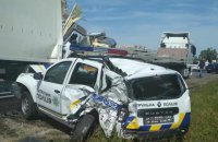 Вантажівка в'їхала у припаркований автомобіль поліції на трасі Київ - Одеса