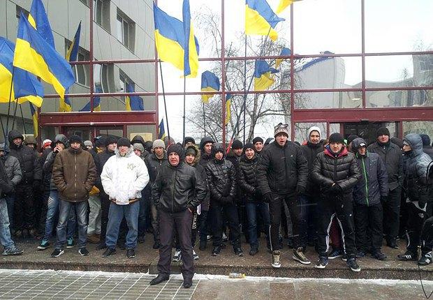 Молодчики, блокирующие вход в здание Представительства ЕС в Киеве