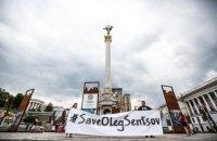 На Майдане активисты в масках Трампа, Меркель и Путина провели перфоманс в поддержку Сенцова