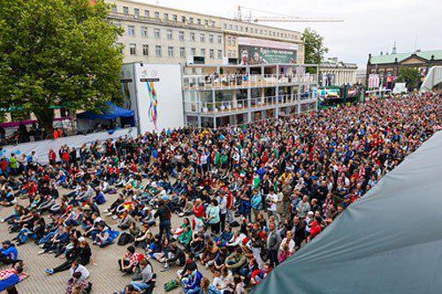 Уболівальники дивляться трансляцію матчу Італія-Хорватія у фан-зоні в Познані