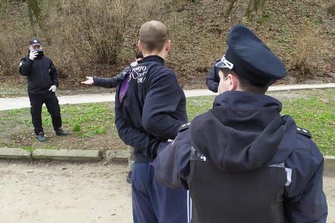 Во Львове выписали первый штраф за прогулку в парке