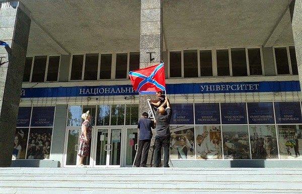 На здание университета в Донецке вешают флаг Новороссии