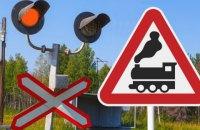 На Закарпатті мікроавтобус проігнорував шлагбаум залізничного переїзду і зіткнувся з локомотивом