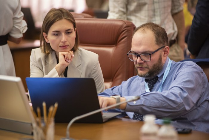 Ганна Новосад та Володимир Бородянський на засіданні уряду
