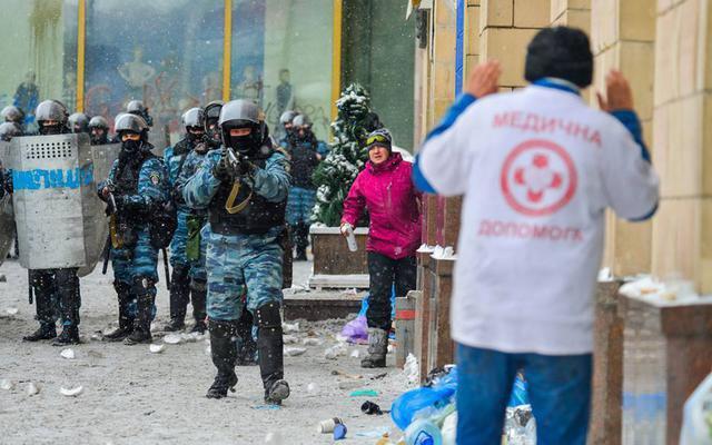 Надія Савченко (в рожевій куртці) на Євромайдані