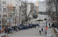 Міліція затримала 16 осіб за спробу спиляти паркан на Банковій (додано відео)