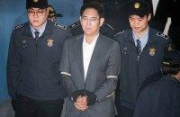 Спадкоємця імперії Samsung засудили до 2,5 років за хабарництво