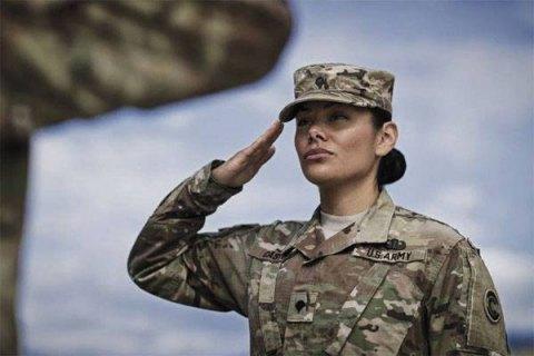 Жінкам-військовим у США дозволили заплітати коси і фарбувати вуста