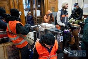 Активисты не собираются покидать здание КГГА