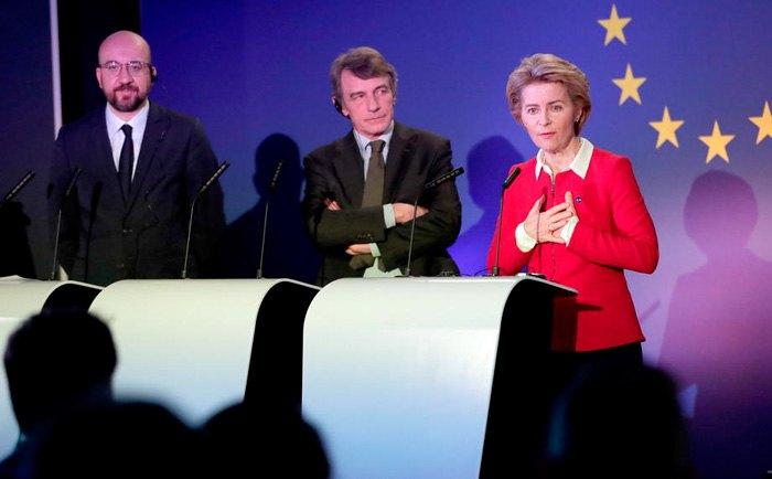 Cлева-направо: президент Европейского Совета Шарль Мишель, председатель европарламента Дэвид Сассоли и президент еврокомиссииУрсула фон дер Ляйенделают заявление для прессы о будущем Европы после Brexit в европарламенте, Брюссель, 31 января 2020.