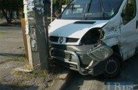 В Киеве микроавтобус, убегая с места ДТП, врезался в столб