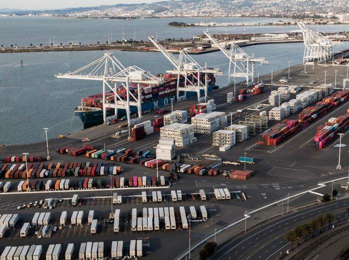 Разгрузка судна в порту Окленда, штат Калифорния, 18 января 2020.