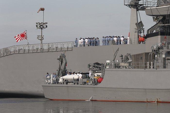 Корабли Морских сил самообороны Японии Такашима и Ураги (вверху)