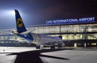 """В аэропорту """"Львов"""" из-за непогоды самолет выкатился за пределы взлетной полосы"""