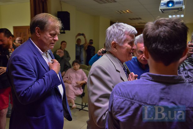 Петр Толочко (в центре)