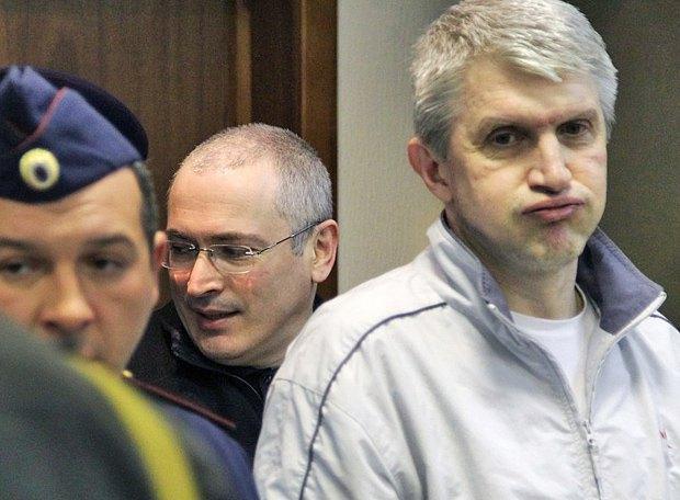 Платон Лебедев (справа) и Михаил Ходорковский и во время суда в Москве, 17 мая 2011 года.