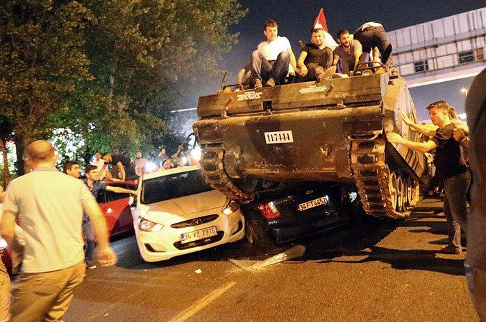 Во время военного переворота в Стамбуле, 16 июля 2016.
