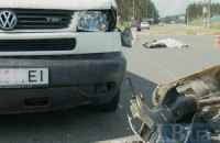 Под Киевом микроавтобус сбил насмерть 79-летнего пенсионера на мотороллере