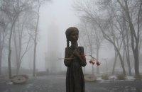 Зеленський відреагував на руйнування скульптури дівчинки з колосками біля меморіалу жертвам Голодомору