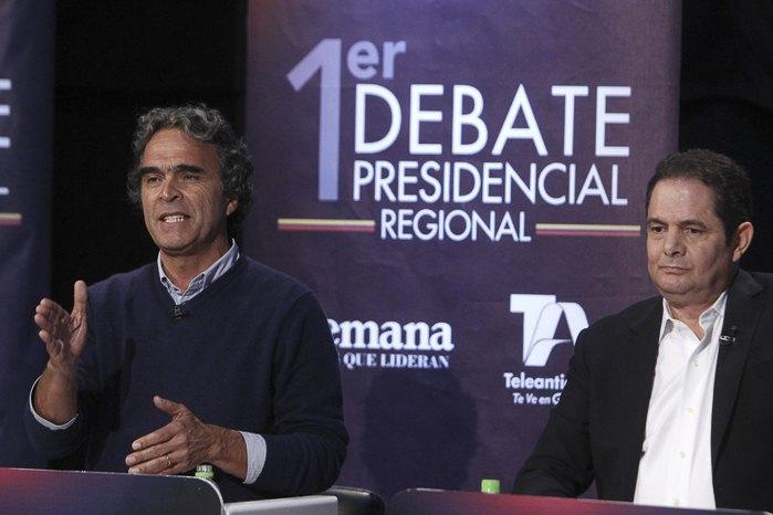 Кандидаты на пост президента Колумбии Сердхио Фахардо (слева) и Герман Варгас Льеерас участвуют в первых президентских дебатах, Колумбия, 03 апреля 2018.