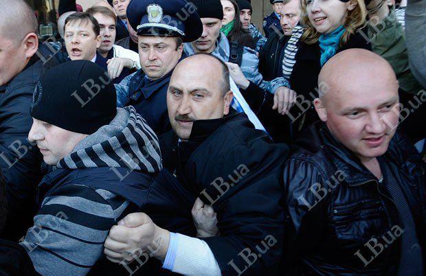 Той самий чоловік (у центрі) під час розгону акції протесту в квітні 2012-го