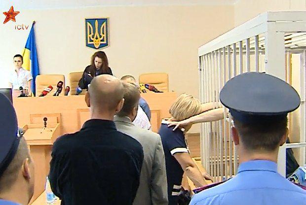 Юрий Луценко периодически сквозь решетку протягивал руки к жене, гладил по голове, пытался обнять