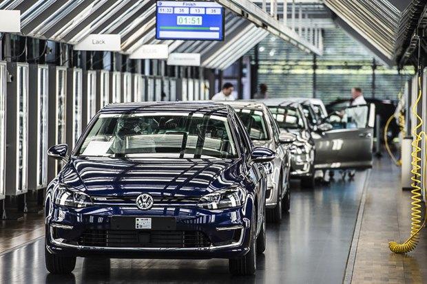 Производство электрокаров Volkswagen e-Golf на заводе в Дрездене.