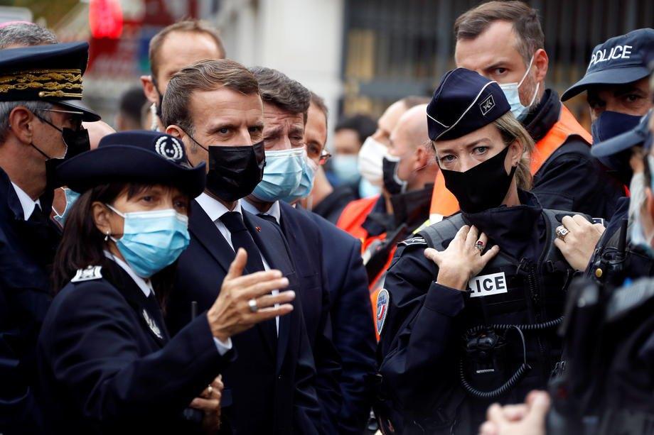 Президент Франції Еммануель Макрон з мером Ніцци Крістіаном Естрозі (позаду нього) на місці ножового нападу у базиліці Нотр-Дам у Ніцці, Франція, 29 жовтня 2020 р