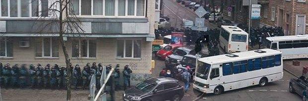 Силовики на улице Шелковичной