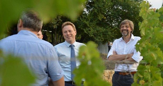 Овсянников ( в центре) во время визита на Инкерманский завод марочных вин