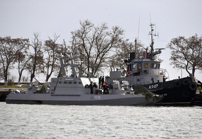 Захоплені українські катер «Бердянськ» і буксир «Яни Капу» в порту в Керчі