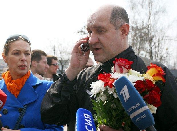 Белорусский оппозиционер Дмитрий Бондаренко разговаривает по телефону после освобождения