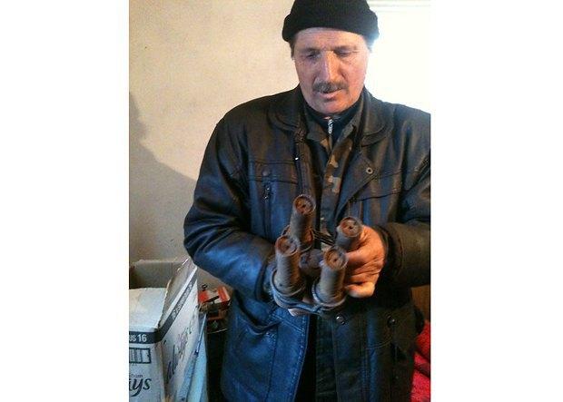 Василий Мужевский держит связку найденных мин