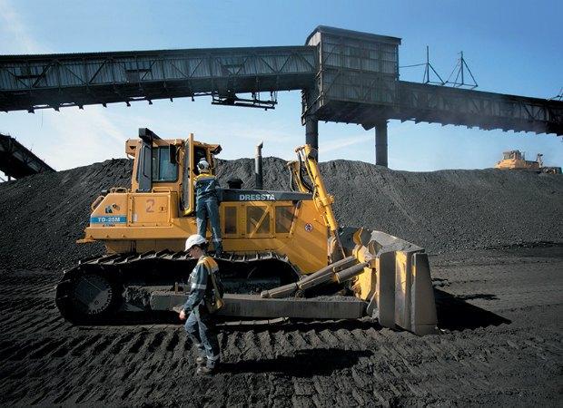 Угольный склад теплоэлектростанции ДТЭК, Ладыжинская ТЭС, Винницкая область. Два огромные гусеничные бульдозеры все время перемешивают уголь. Это необходимо для того, чтобы он не перемерз зимой, но и не вспламенился летом. На угольном складе всегда должен быть достаточный запас угля для бесперебойной работы станции.